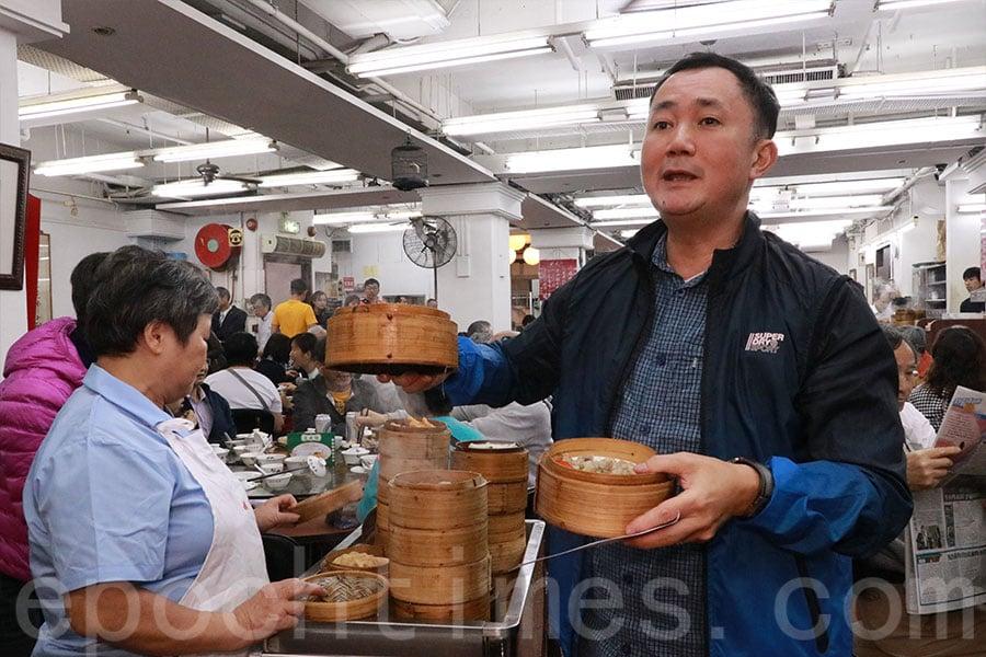 蓮香茶室保留傳統中式茶樓運作模式,顧客到點心車叫點心。(陳仲明/大紀元)