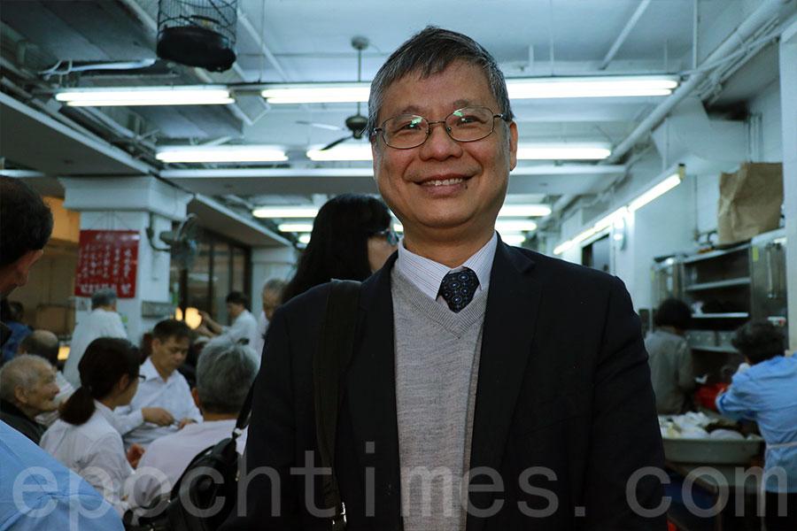 為顏氏家族提供法律服務的張國昌律師今早前來光顧,他最愛小店的牛肉腸粉等傳統點心。(陳仲明/大紀元)