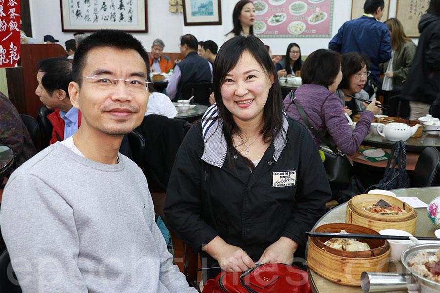 長春遊客李小姐是慕名而來,對蓮香樓港式點心讚不絕口。(陳仲明/大紀元)