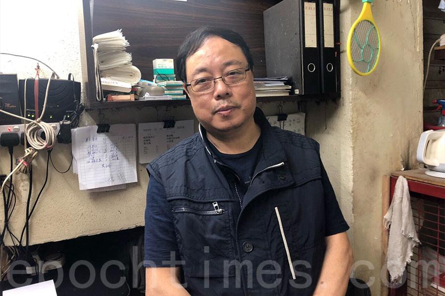 負責為蓮香茶室設計新招牌的鄭實南師傅。(梁珍/大紀元)