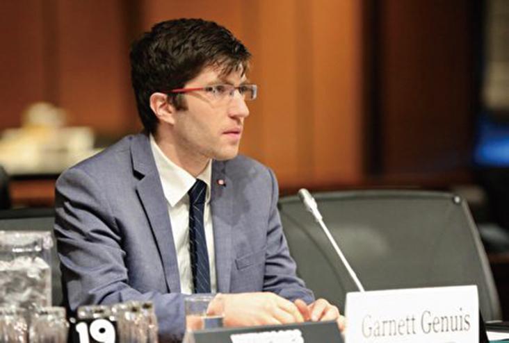 保守黨國會議員加內特吉尼斯(Garnett Genuis)在聽證會上發言。(任僑生/大紀元)