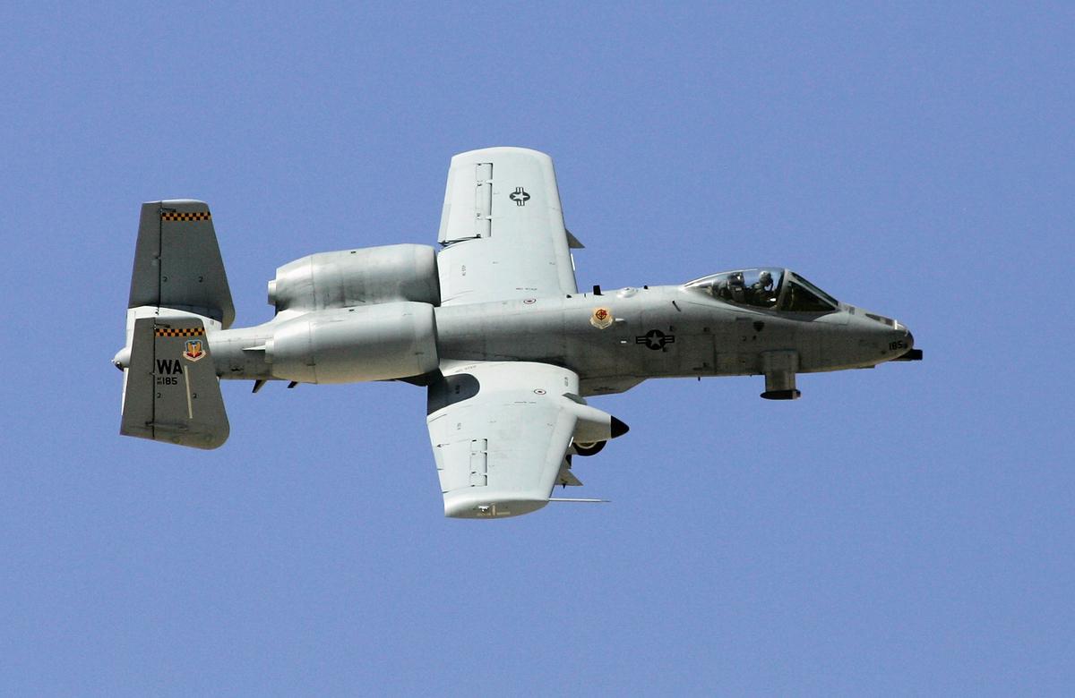 美軍的A-10攻擊機曾締造中彈幾百次仍安全返航的傳奇。圖為2007年9月14日,美軍一架A-10攻擊機飛行於內華達州上空。(Getty Images)