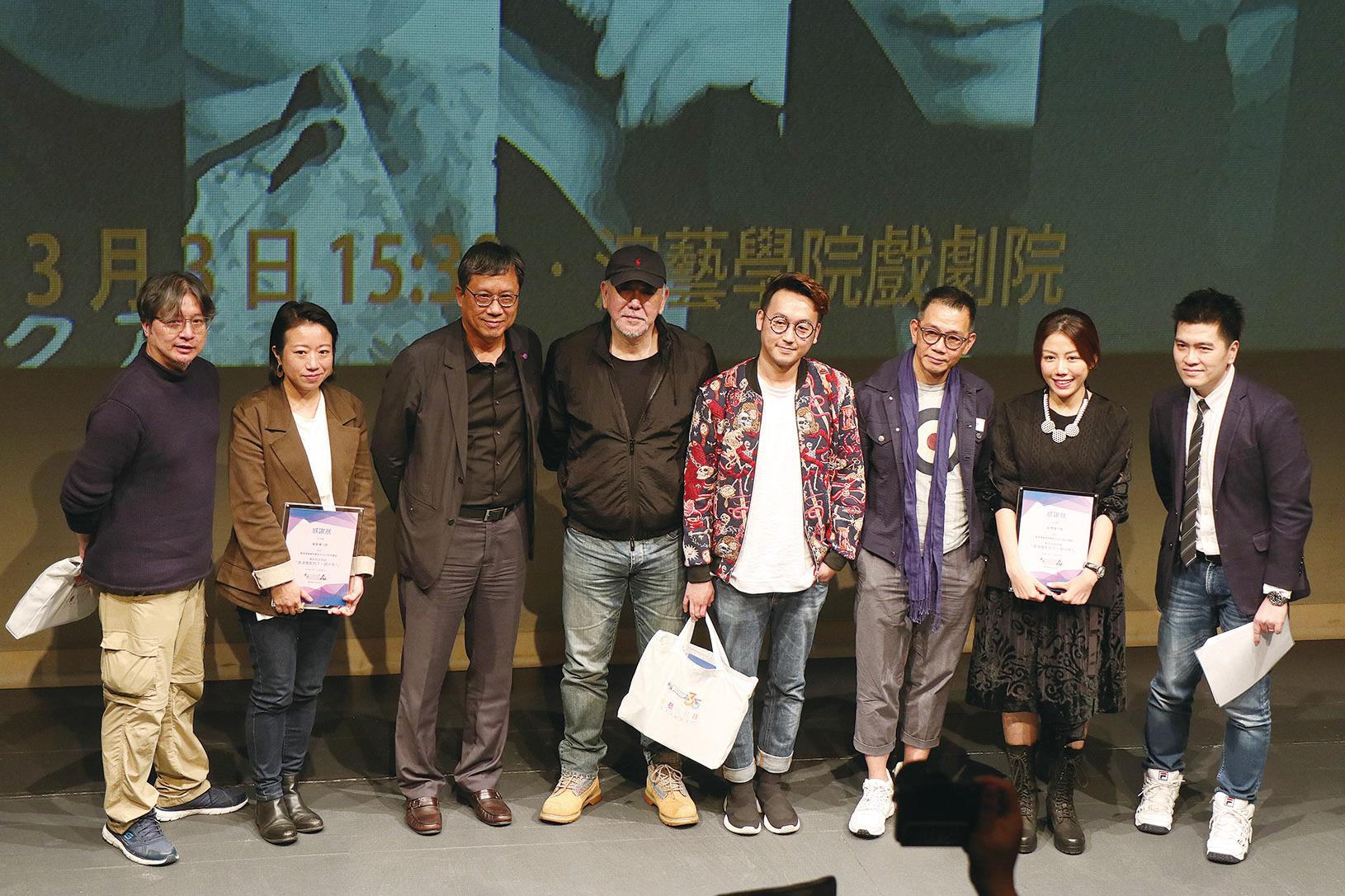 黃秋生(左四)、彭秀慧(右二)等七位演藝學院舊生,昨(3)日出席演藝學院研討會,探討香港下一個十年的前景。(江夏/大紀元)