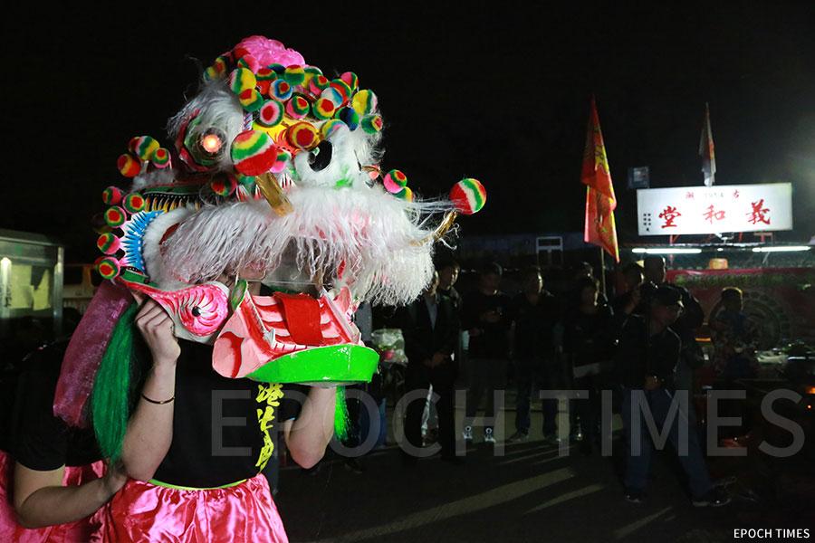 駱桂平師傅首創的香港北麒麟,如今為第三代,由徒弟冒卓祺紮作。(陳仲明/大紀元)