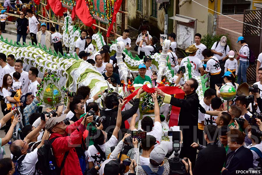 嘉賓為山貝村祥龍簪花掛紅。(張浩林提供)