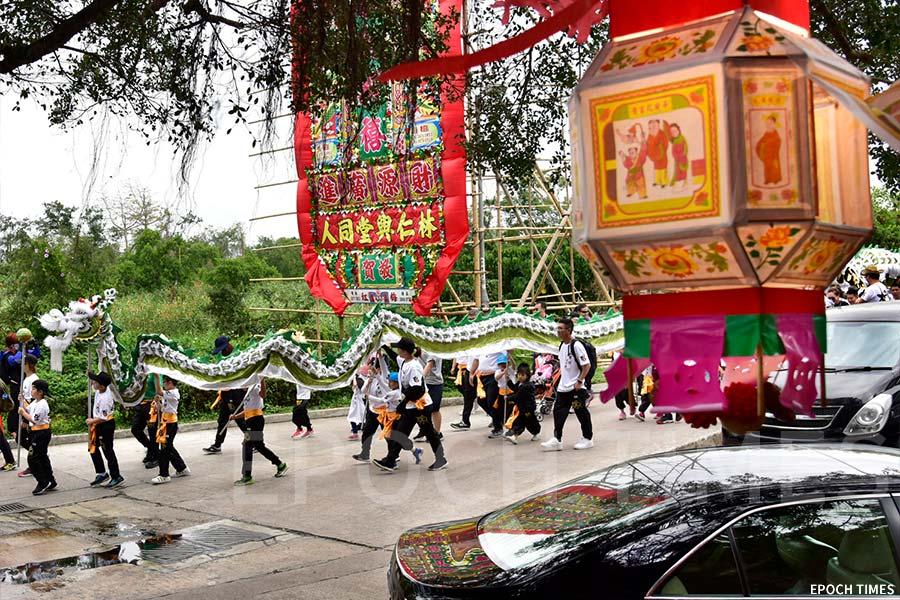 山貝村祥龍從山貝村仁興堂起步行鄉,另有一條由兒童舞動的小祥龍伴隨。(張浩林提供)