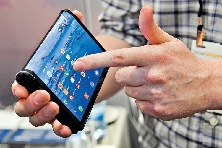 蘋果在5G上已經「落後」,在可折疊手機上如果也落後,是否會就此失去其高端手機霸主的地位?(AFP)