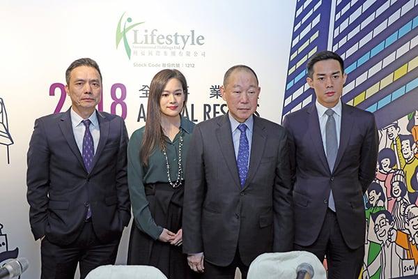 利福國際主席劉鑾鴻(左三)表示,會考慮投資住宅項目,為集團尋找新方向。(江夏/大紀元)