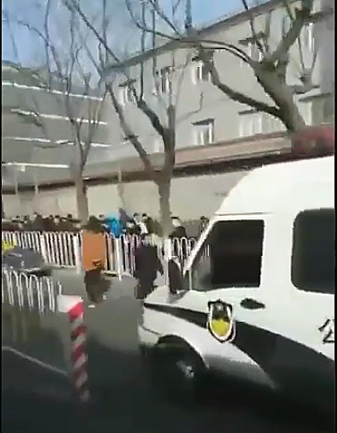 中共召開兩會前,北京當局啟動更嚴厲的維穩程序。信訪局門口:截訪的人員比上訪的人多很多。(推特)