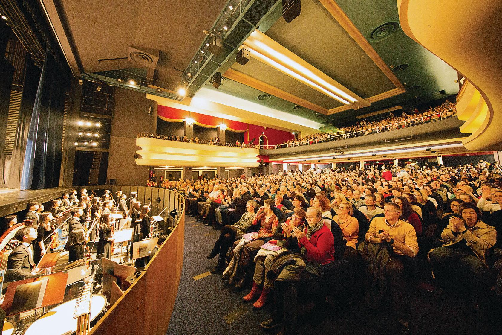 美國神韻國際藝術團在法國魯貝的三場演出全部爆滿。(吳青松/大紀元)
