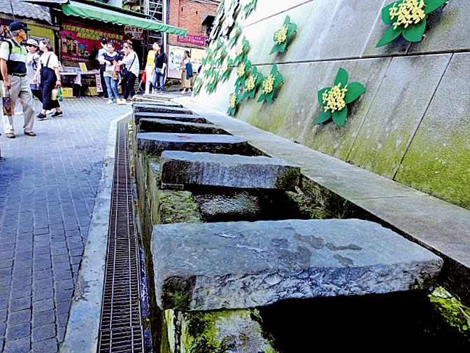 桂花巷尾端的「洗衫坑」,灌溉水圳上鋪著一塊塊厚實的洗衣長型石板。