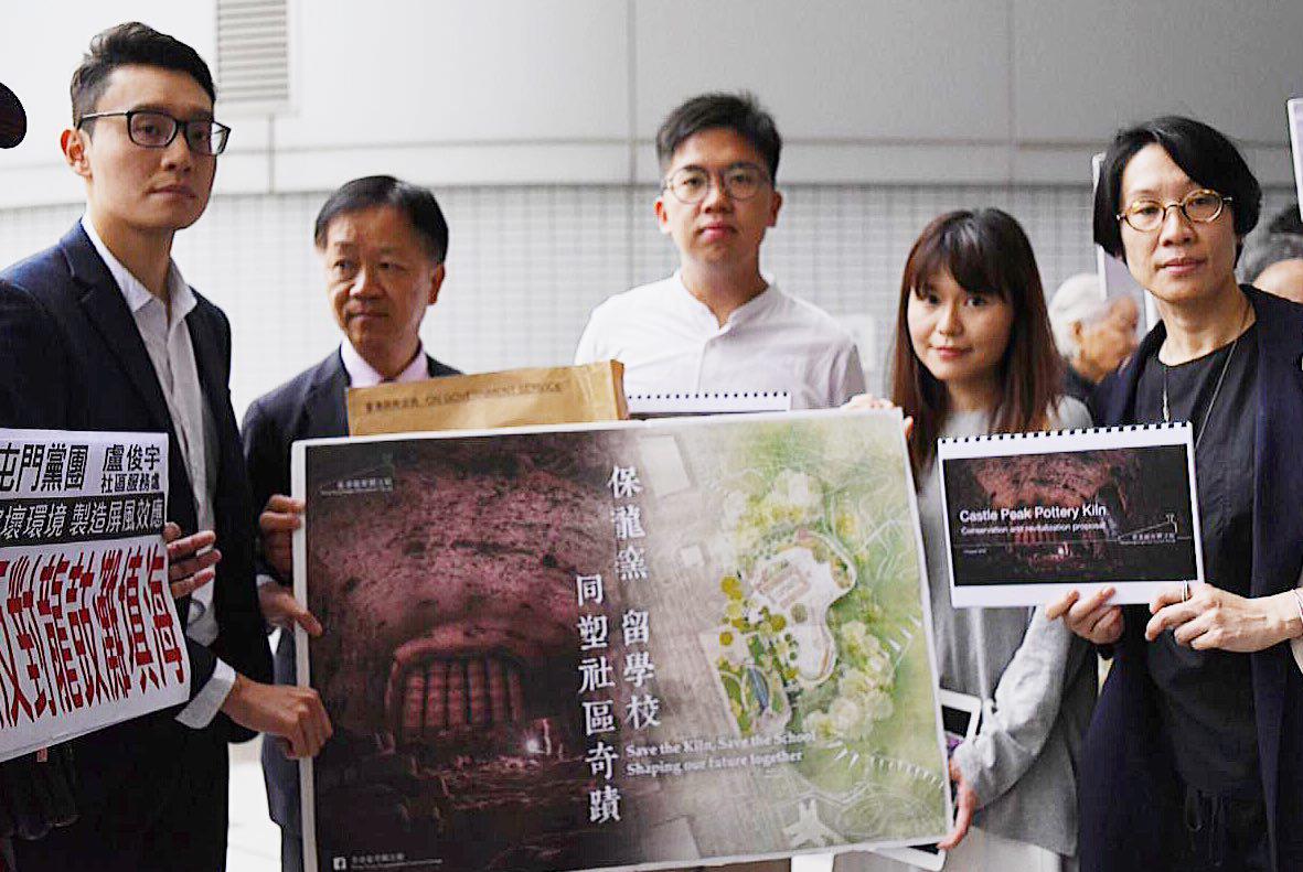「香港龍窯關注組」促屯門區議會支持增加社區保育雙贏方案,全面保育龍窯。(香港龍窯關注組提供)