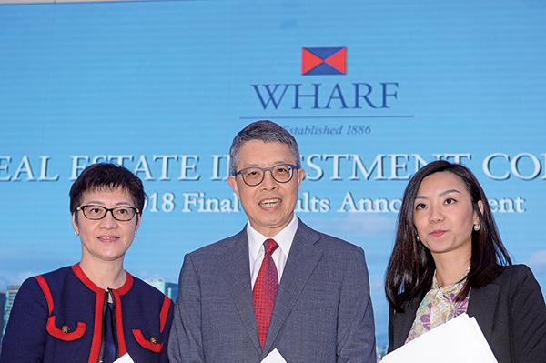 九倉置業主席吳天海(中)稱,每年收租物業基礎盈利的65%會用作派息,餘下35%則用來減債,所以可預計負債水平。(宋碧龍/大紀元)