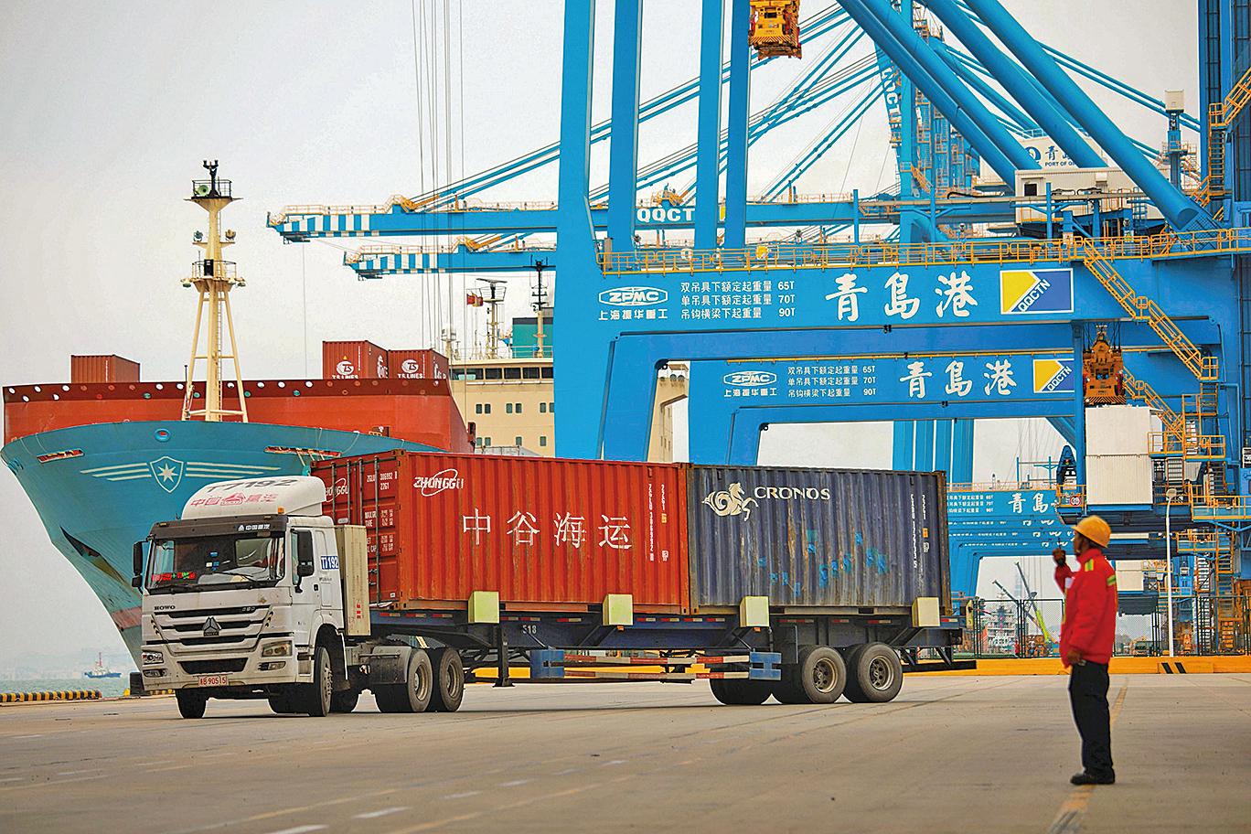 蓬佩奧表示,他希望在未來幾周能達成協議,使世界上兩個最大經濟體之間的貿易更加公平。圖為青島一港口。(AFP)