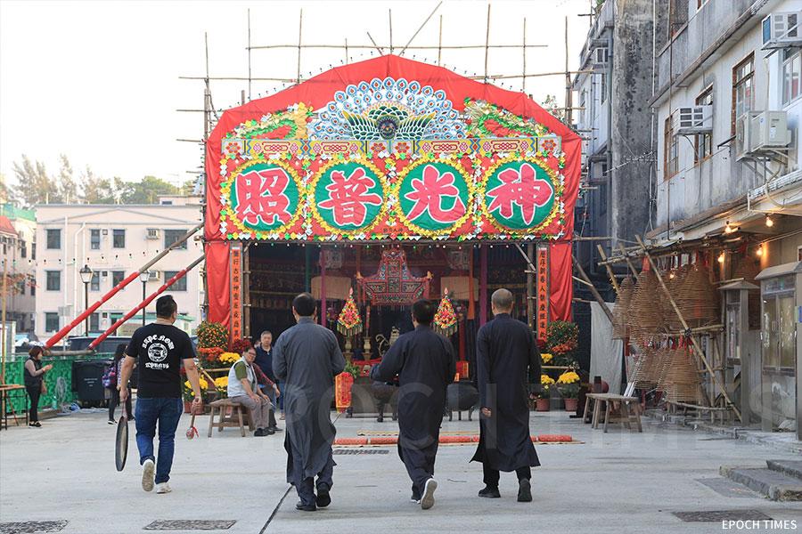 「神頭」為粉嶺圍「點燈」及「太平洪朝」儀式中拜神的代表,村民普遍視擔任「神頭」為榮耀。(陳仲明/大紀元)