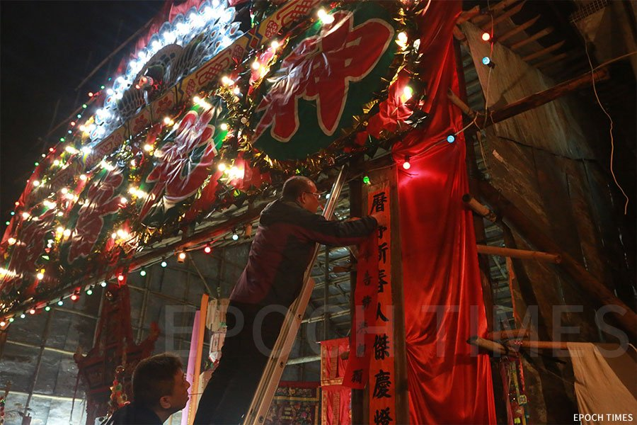正月十五日子時,「神頭」在神棚上貼上「太平洪朝」儀式的對聯,代表「太平洪朝」儀式正式開始。(陳仲明/大紀元)