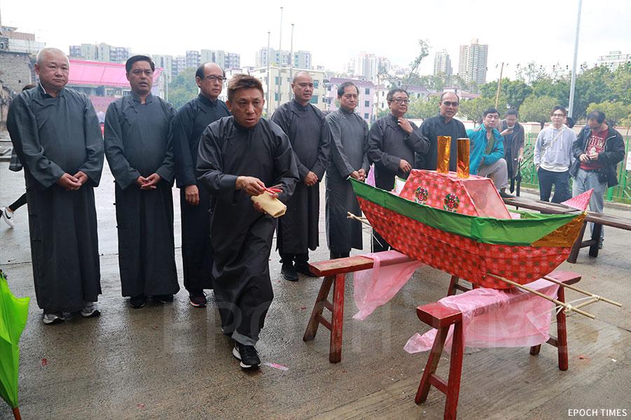 「神頭」進行「太平洪朝」的「扒船」儀式。(陳仲明/大紀元)