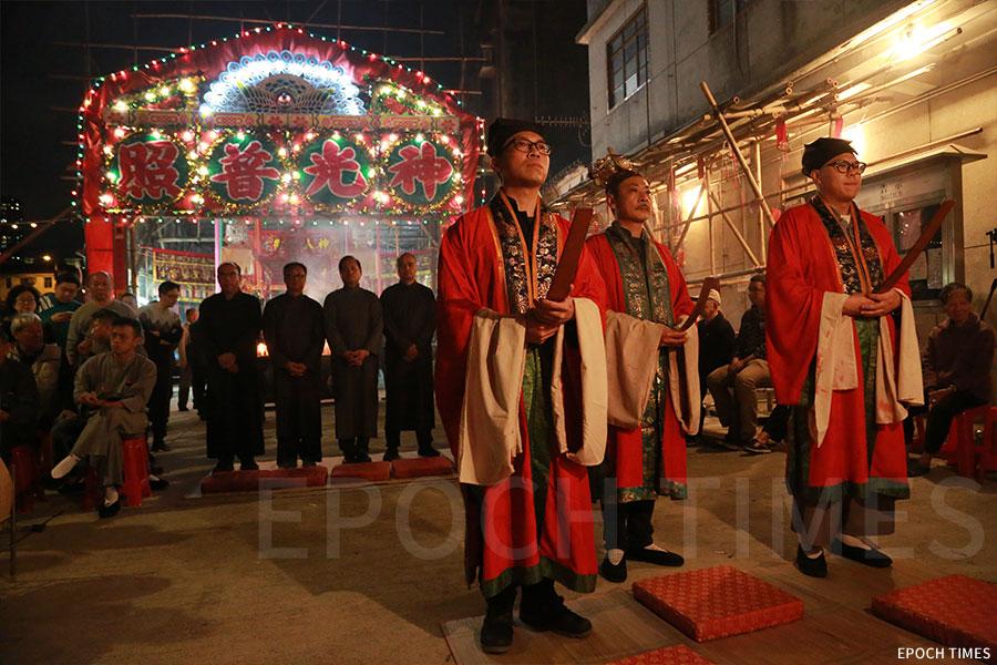 「神頭」在「太平洪朝」持續兩日緊密的程序中,從頭到尾參與每一項儀式。(陳仲明/大紀元)