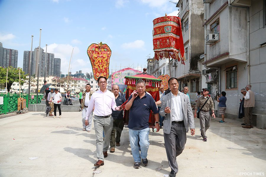 「太平洪朝」儀式進入尾聲,村中族人抬轎送神回廟。(陳仲明/大紀元)