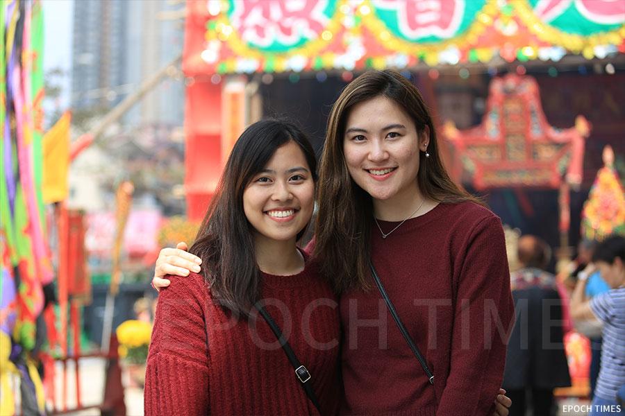 三歲便離開粉嶺圍,到市區居住的姊妹彭詠嵐(左)、彭詠琳,每年都會返村觀看儀式。(陳仲明/大紀元)