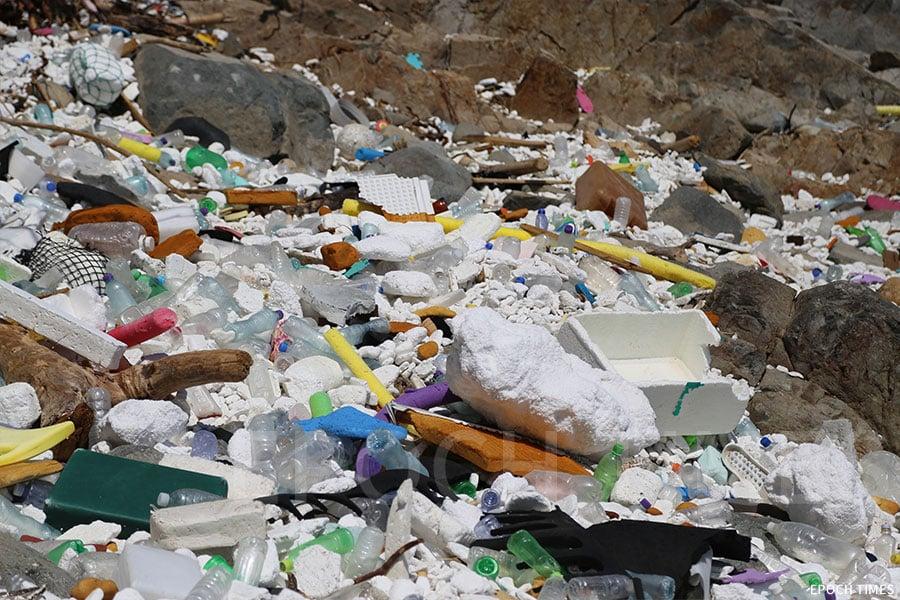 颱風「山竹」過後,被吹上西貢海灘的各式垃圾。(陳仲明/大紀元)