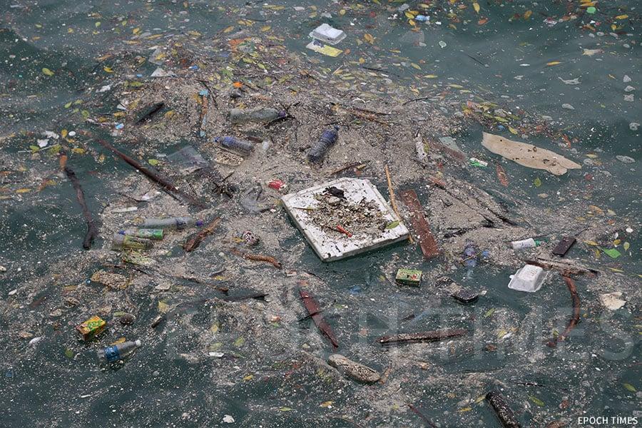 西貢附近海面漂浮的垃圾。(陳仲明/大紀元)