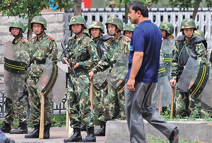 新疆烏魯木齊街頭的武警。(AFP)