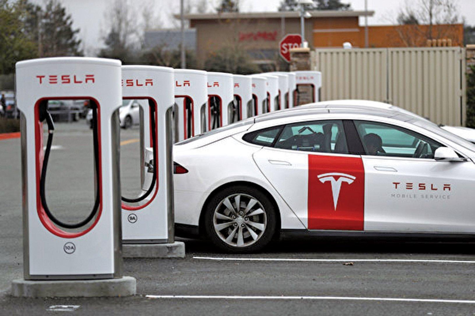 「特斯拉」一批電動車被扣在中國海關。圖為一輛特斯拉電動車正在加州一充電站充電。(Getty Images)