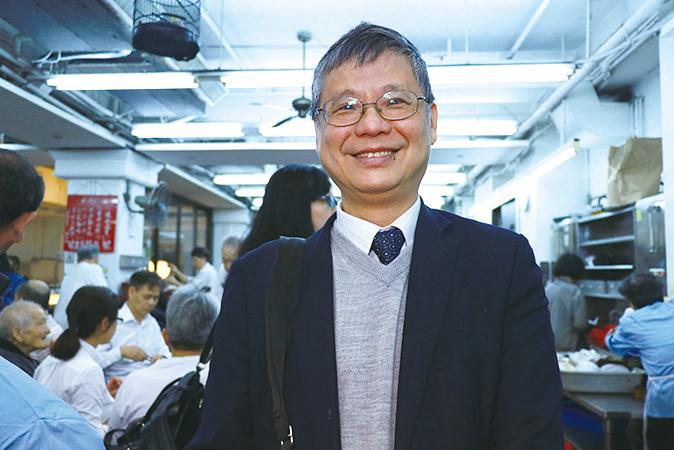 為顏氏家族提供法律服務的張國昌律師復業當天前來光顧。