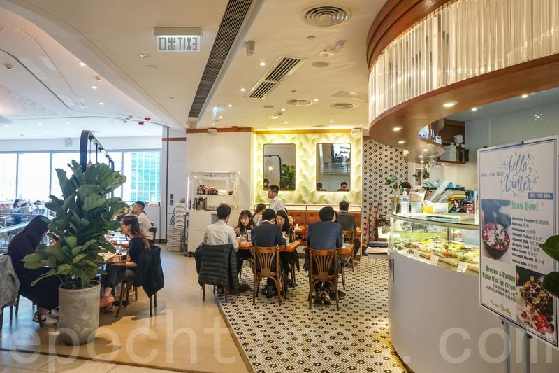 餐廳採取開方式設計,座位散佈在四周,還有幾張卡位。