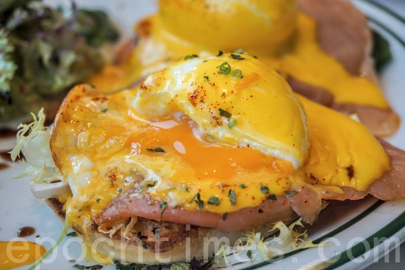 切開蛋,滿滿的蛋汁立刻濺出來。