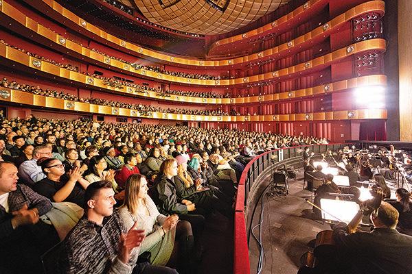 神韻紐約藝術團6日在紐約開始今年在當地的第二輪演出,林肯中心大衛寇克劇院座無虛席。(戴兵/大紀元)