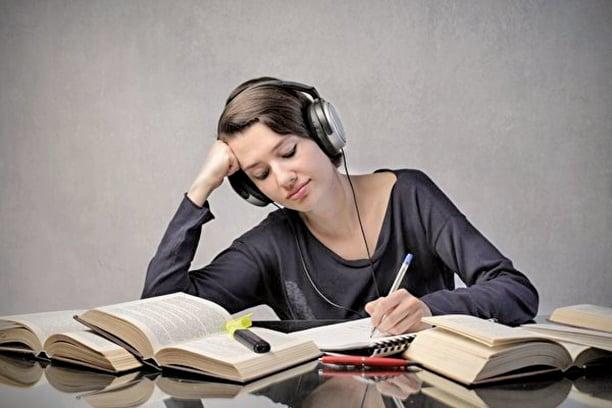 新研究發現,在工作時播放音樂不利於創造性的發揮,特別不利於與語言創造性相關的文案工作(ShutterStock)