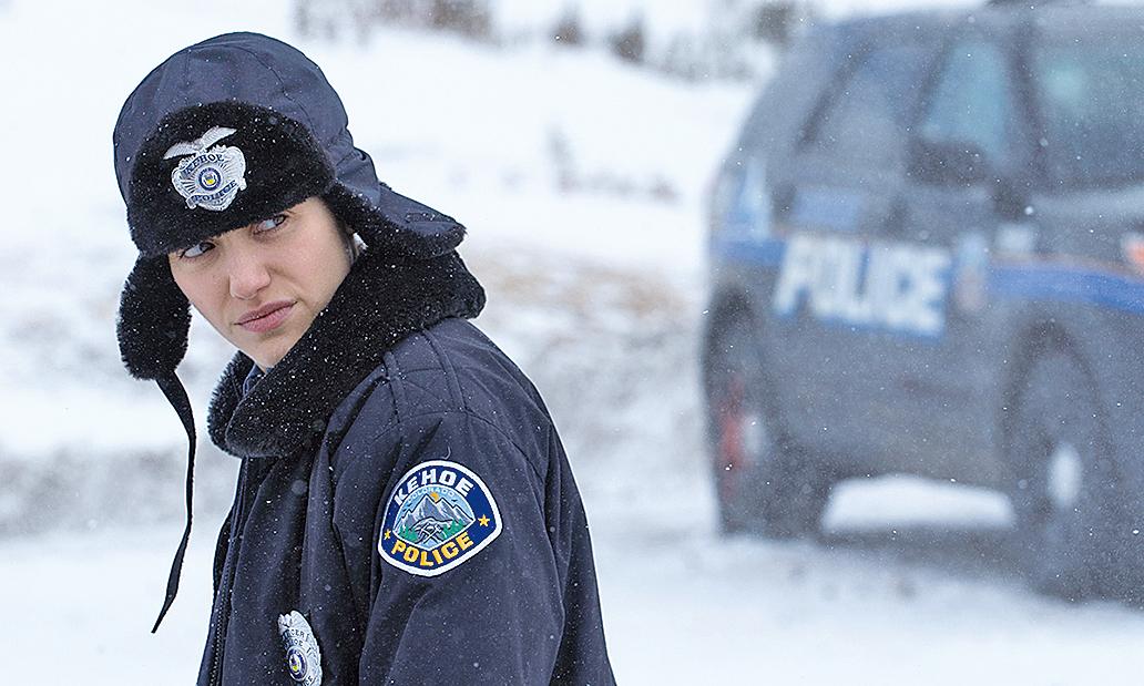 艾美羅森飾演的女警雖然資歷較淺,但盡忠職守,一些情節也顯示她的精明幹練。