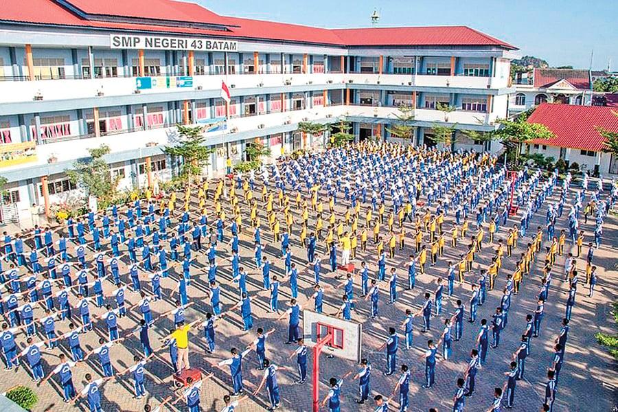 印尼中學800師生集體學煉法輪功