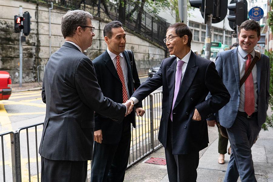 曾多次訪美的民主黨創黨主席李柱銘與布朗巴克大使交談(蔡雯文/大紀元)