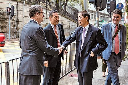到場聽演講的民主黨創黨主席李柱銘與布朗巴克握手。(李逸/大紀元)