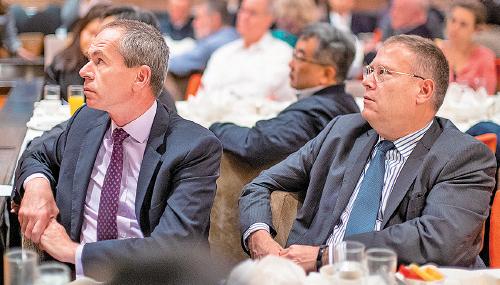 美國駐港總領事唐偉康(右)等多國領事代表到場聆聽演講。(李逸/大紀元)
