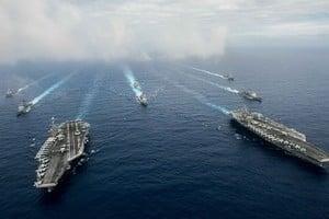 美軍雙航母戰鬥群在菲律賓海進行罕見演習