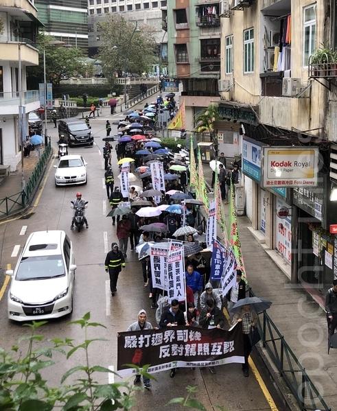 一千多名遊行人士冒雨由華士古達嘉馬花園遊行至澳門政府總部。(安琦/大紀元)