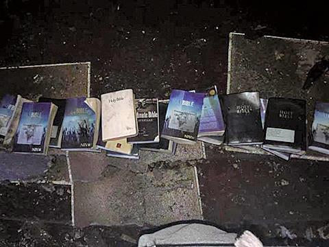 美國西維珍尼亞州洛利郡一座教堂遭大火焚燬,裏面的多本《聖經》和十字架卻未受損。(網路擷圖)