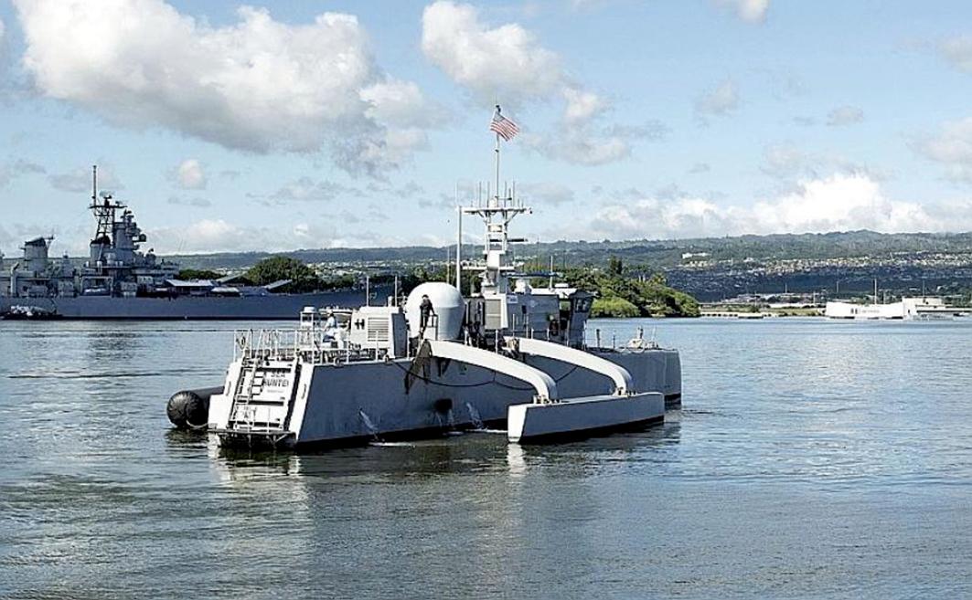 美國海軍的無人艦「海洋獵人」自主往返於加州與夏威夷之間,創下歷史紀錄。圖為2018年10月31日,「海洋獵人」抵達夏威夷的珍珠港。(U.S. Navy)