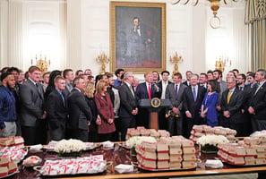 北達科他州大野牛橄欖球隊訪白宮 特朗普宴請速食大餐