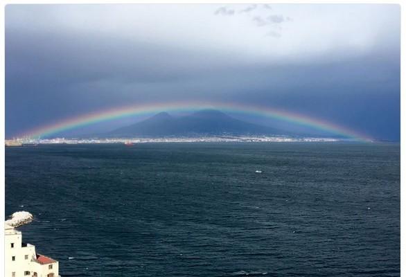 有Reddit網站用戶在5月分享了一張彩虹橫跨意大利維蘇威火山的照片。(推特網頁擷圖)