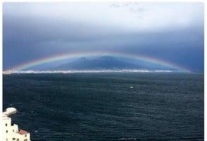 彩虹橫跨意大利火山上 美極了