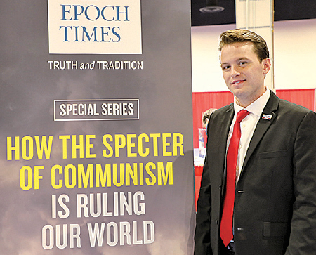 加州大學的威廉姆斯(Hayden Williams)喜愛《大紀元》特刊《魔鬼在統治著我們的世界》,主動到《大紀元》展位上要求合影。 2月19日他因自己的保守主義身份和主張遭襲擊。他在總統特朗普演講時被邀請上台講話。(林樂予/大紀元)