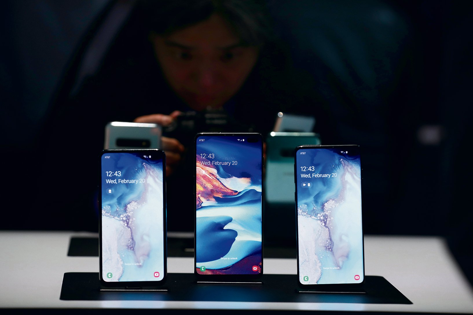 三星發佈了新一代旗艦手機S10系列,左起:Galaxy S10e、S10+和S10。(Justin Sullivan/Getty Images)