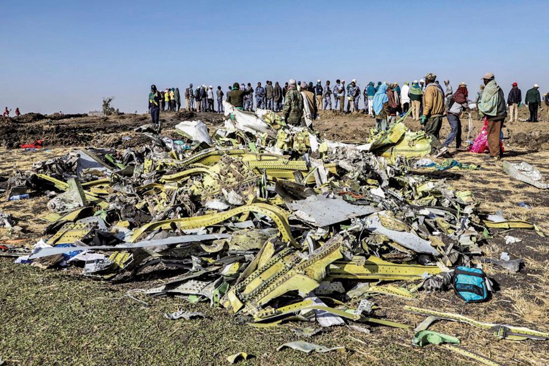 埃塞俄比亞航空一架波音737MAX型班機3月10日起飛後不久墜毀,機上157人全數罹難。圖為現場的失事客機殘骸。(AFP)