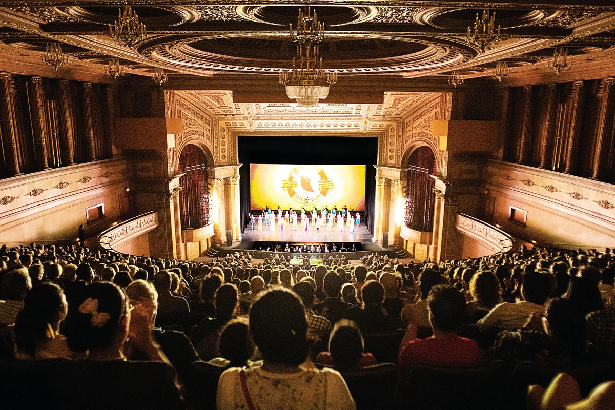 神韻世界藝術團2月17日在墨爾本麗晶劇院(Regent Theatre)的最後一場演出再度大爆滿。(陳明/大紀元)