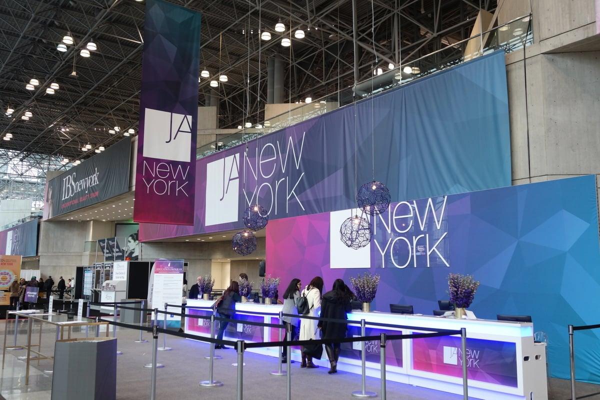 一年三度的「紐約珠寶首飾展」(Jewelers of America, JA)在曼哈頓賈維茨會展中心舉行。(李海華/大紀元)